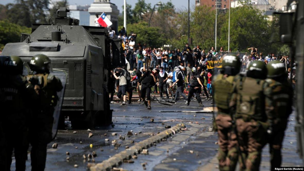 مسائل مالی شیلی دامن گیر میزبانی مسابقات جهانی شد ، معترضان هتل کاراته کاران را به آتش کشیدند