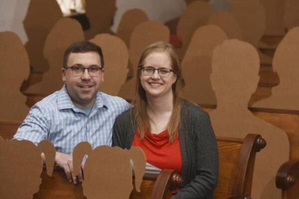 عکس ، ازدواج کرونایی در حضور مهمان های مقوایی