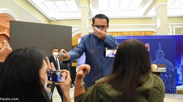 (ویدئو) نخست وزیر تایلند به خبرنگاران مایع ضدعفونی پاشید!